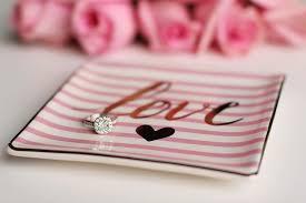 napis love na talerzyku z pierścionkiem ślubnym